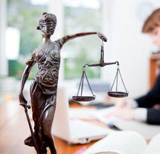 Стоит ли поступать учиться на юриста?